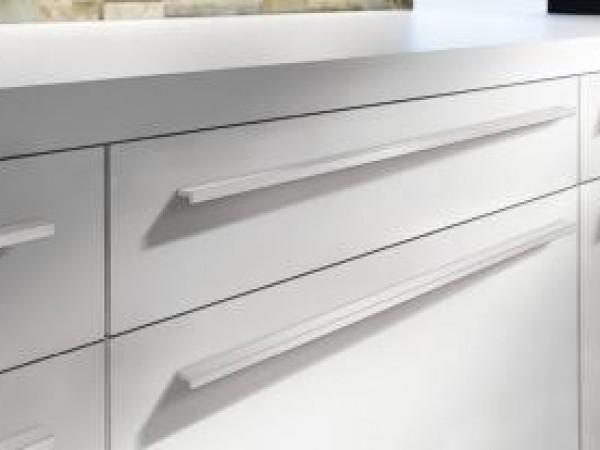 ewe Nuova weiß color mit dezenten Griffen © ewe Küchen