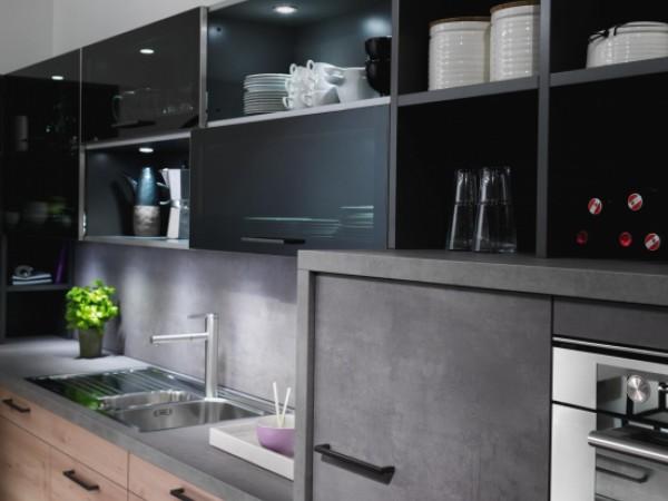 Glas-Oberschränke mit Schiebetür-Laufprofil © FM Küchen