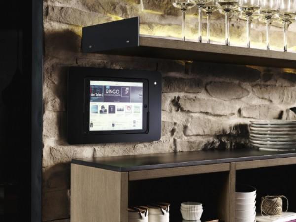 Tablethalter auf Natursteinmauer © FM Küchen