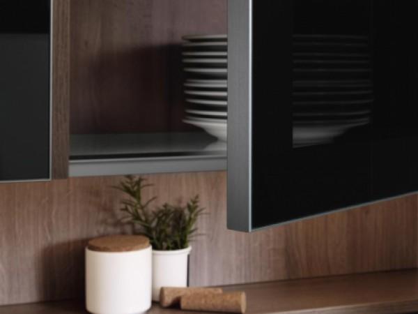 Glasschrank mit Alurahmen u. Dekorglas parasol dkl. © FM Küchen