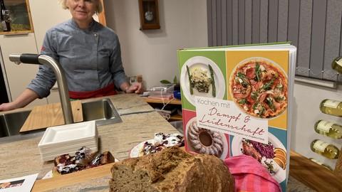 """Angelika Patak mit ihrem Kochbuch """"Kochen mit Dampf & Leidenschaft"""""""
